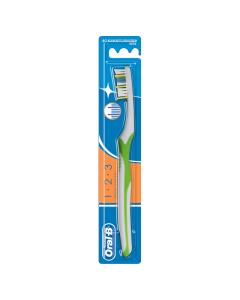 Oral B 1.2.3 Maxi Clean Χειροκίνητη Οδοντόβουρτσα 40 Μέτρια Σε 3 Χρώματα 1τμχ